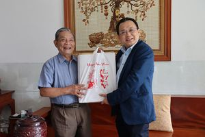 Ông Lê Hữu Hoàng thăm, chúc Tết gia đình các vị nguyên cán bộ chủ chốt của tỉnh đã từ trần