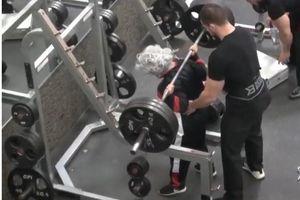 'Bà cụ' nâng tạ gần 200kg khiến trai trẻ mặt xanh lè sợ hãi