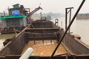 Thêm tàu 'khủng' khai thác cát trái phép trên sông Hồng bị phát hiện lúc rạng sáng