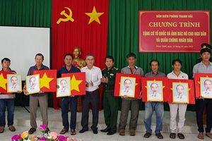 Bình Thuận: Tặng cờ Tổ quốc và ảnh Bác Hồ cho ngư dân