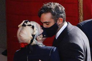 Lady Gaga hôn bạn trai trong lễ nhậm chức của tổng thống Mỹ