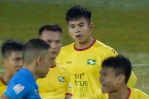 Trung vệ U22 Việt Nam bị đuổi vì phạm lỗi với Văn Toàn