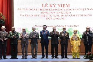 Bí thư Thành ủy Vương Đình Huệ trao Huy hiệu Đảng cho đảng viên lão thành quận Thanh Xuân