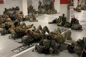 Vệ binh quốc gia Mỹ nằm ngủ trong hầm để xe của tòa nhà Quốc hội sau khi kết thúc nhiệm vụ