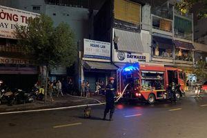 Giải cứu 7 người trong căn nhà cháy nghi ngút lúc rạng sáng