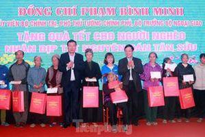 Phó Thủ tướng Phạm Bình Minh tặng quà người nghèo, công nhân lao động tại Nam Định