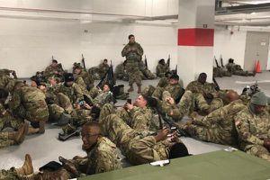 Hàng ngàn lính Vệ binh Mỹ 'bị đuổi' xuống hầm để xe sau lễ nhậm chức