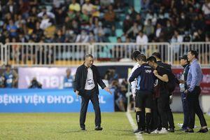 HLV Kiatisuk thừa nhận HAGL thắng may SLNA, HLV Quang Trường phàn nàn trọng tài