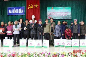 Ngân hàng Chính sách xã hội trao 300 suất quà tết cho người nghèo Hà Tĩnh