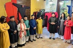Trưng bày áo dài truyền thống trong lòng phố cổ Hà Nội