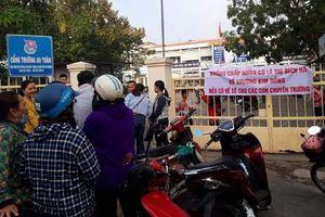 Nhiều phụ huynh tập trung trước cổng trường, căng băng - rôn phản đối việc thay hiệu trưởng