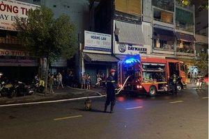 Giải cứu 7 người mắc kẹt trong đám cháy ở TP.HCM