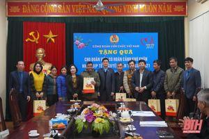 Phó Chủ tịch Tổng Liên đoàn Lao động Việt Nam Ngọ Duy Hiểu trao 30 suất quà cho đoàn viên có hoàn cảnh khó khăn