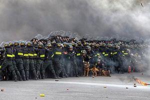 Cảnh sát cơ động khổ luyện trên thao trường, sẵn sàng bảo vệ Đại hội Đảng