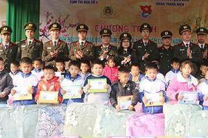 Trao 133 suất quà tặng học sinh nghèo và hộ khó khăn xã Mường Phăng