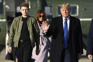 Vì sao 'quý tử' Barron vắng mặt trong lễ chia tay của ông Trump?