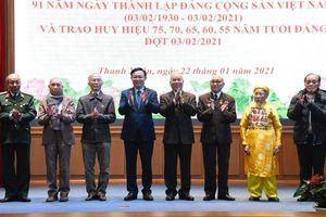 Bí thư Thành ủy Vương Đình Huệ trao tặng Huy hiệu Đảng tại quận Thanh Xuân