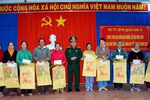 Quân khu 5 thăm, tặng quà Tết đồng bào nghèo tỉnh Quảng Ngãi