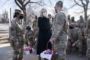 Tân Đệ nhất phu nhân Mỹ tặng bánh cho Vệ binh Quốc gia