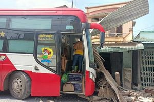 Tiền Giang: Người phụ nữ bị xe khách tông trúng khi đang nấu ăn trong nhà