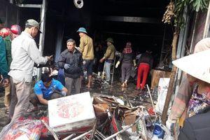 Cháy cửa hàng tạp hóa, nhiều mặt hàng bán tết biến thành than
