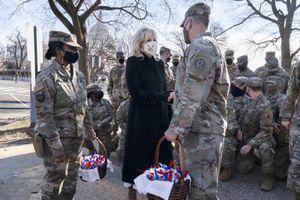 Đệ nhất Phu nhân Mỹ bất ngờ thăm và tặng bánh quy cho Vệ binh Quốc gia