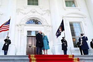 Vợ chồng Tổng thống Biden 'bối rối' vì không thấy ai mở cửa khi về Nhà Trắng
