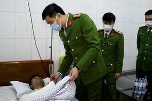 Thăm, tặng quà Trưởng Công an xã bị thương khi chữa cháy nhà dân