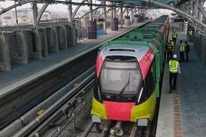 Người dân tham quan đoàn tàu đường sắt Nhổn - ga Hà Nội