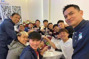 HAGL mở tiệc mừng chiến thắng, Kiatisak cao hứng hát tiếng Việt