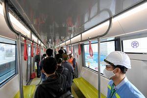 Người dân thích thú tham quan đoàn tàu tuyến Metro Nhổn - ga Hà Nội