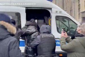 Cảnh sát Nga bắt vợ của thủ lĩnh đối lập Navalny ngay trên đường phố