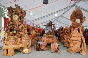 Bộ bàn ghế gỗ Nu Kháo gần 3 tỷ đồng ở Hà Nội