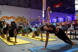 Tập yoga vừa uống bia để giải tỏa căng thẳng