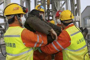 Giải cứu 11 thợ mỏ Trung Quốc bị kẹt dưới lòng đất 2 tuần
