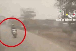 Xe máy vượt ẩu khiến xe buýt bị lật ngang, hành khoách hoảng loạn