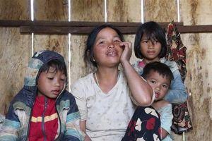 Những đứa trẻ chơi vơi dưới chân núi Ngọc Linh