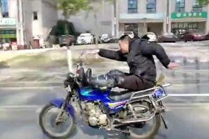 Lái bằng chân, người đàn ông múa may trên xe máy