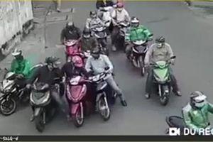 Nhóm người chặn xe, dàn cảnh móc túi phụ nữ giữa ban ngày ở TPHCM