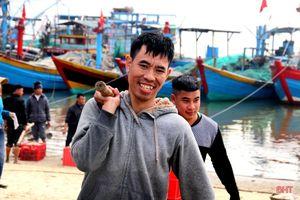 Ngư dân làng biển phía Nam Hà Tĩnh trúng đậm mùa cá cơm