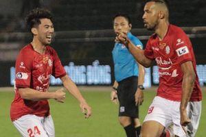 Tình huống hiếm có giúp HLV lương cao nhất V-League thắng trận đầu tiên