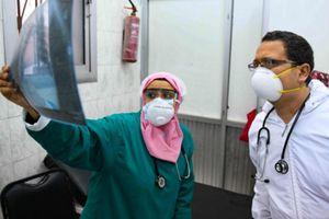 Ai Cập tiêm những liều vaccine COVID-19 đầu tiên cho các nhân viên y tế
