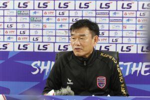 HLV Phan Thanh Hùng 'động viên' đồng nghiệp Chu Đình Nghiêm khi Hà Nội FC thua Bình Dương