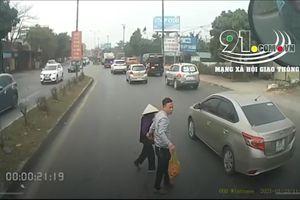 'Thả tim' cho tài xế container dừng xe dắt cụ bà qua đường