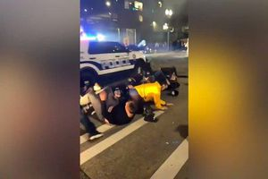 Hoảng hồn vụ xe cảnh sát lao qua đám đông gây rối ở Washington