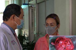 Mang khối u tụy khổng lồ nhưng chỉ nghĩ do mập lên