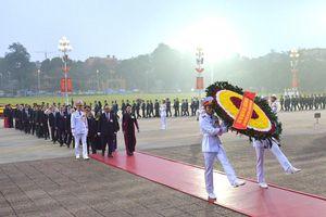 Các đại biểu dự Đại hội đại biểu toàn quốc lần thứ XIII của Đảng vào Lăng viếng Chủ tịch Hồ Chí Minh