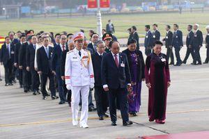 Các đại biểu dự Đại hội lần thứ XIII của Đảng vào Lăng viếng Chủ tịch Hồ Chí Minh