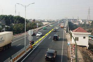 Sẽ lắp dải phân cách dẻo trên cầu Thăng Long để ngăn xe quay đầu