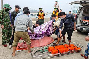Cứu tám thuyền viên tàu cá bị chìm ở gần đảo Mắt